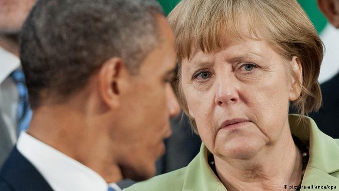ARCHIV - US-Präsident Barack Obama und Bundeskanzlerin Angela Merkel unterhalten sich am 18.06.2012 in Los Cabos, Mexiko, beim Familienfoto. Das Handy von Merkel ist möglicherweise von US-Geheimdiensten überwacht worden. Die Bundesregierung habe entsprechende Informationen erhalten und umgehend bei der US-Regierung «um sofortige und umfassende Aufklärung gebeten», teilte Regierungssprecher Steffen Seibert am Mittwoch (23.10.2013) mit. Merkel habe daraufhin am Mittwoch mit US-Präsident Barack Obama telefoniert, sagte Seibert. Foto: Peer Grimm/dpa +++(c) dpa - Bildfunk+++