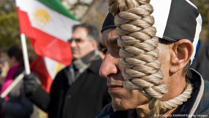Symbolbild Menschenrechte im Iran Folter und Steinigung (NICHOLAS KAMM/AFP/Getty Images)