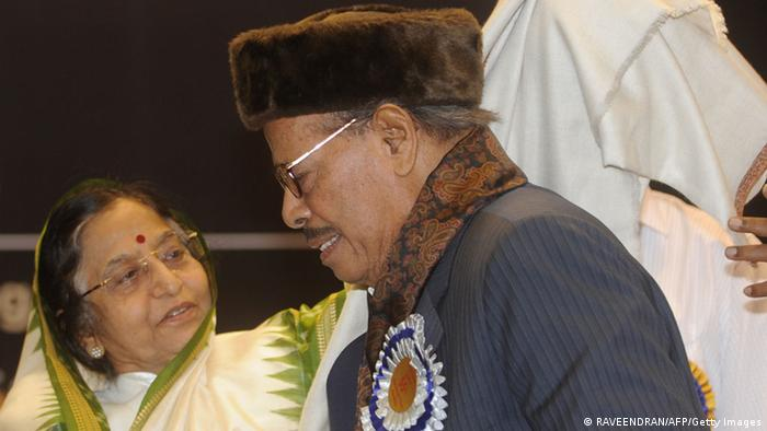 Indian President Pratibha Devising Patil (L) presents a shawl to Dadasaheb Phalke award winner and Indian singer Manna Dey (R), who has recorded more than 3,500 songs in various Indian languages, at the 55th National Film Awards Function in New Delhi on October 21, 2009. Patil presented the awards for best feature film, actors and director of national cinema. AFP PHOTO/RAVEENDRAN (Photo credit should read RAVEENDRAN/AFP/Getty Images)