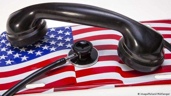 Símbolo del espionaje estadounidense: un teléfono y un estetoscopio sobre una bandera de EE. UU.