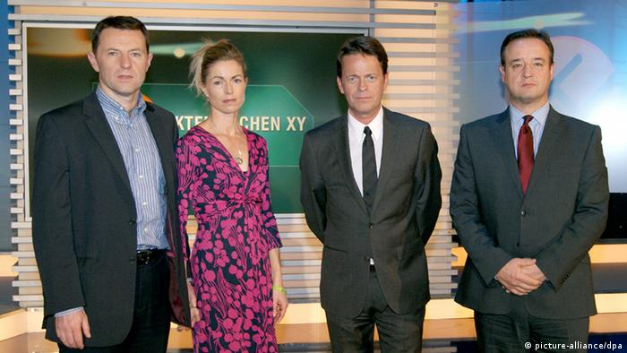 From left to right: Gerry McCann, Kate McCann, Aktenzeichen XY host Rudi Cerne, and Detective Chief Inspector Andy Redwood from Scotland Yard. Archive photo from the October 16 episode of Aktenzeichen XY. (picture-alliance/dpa)