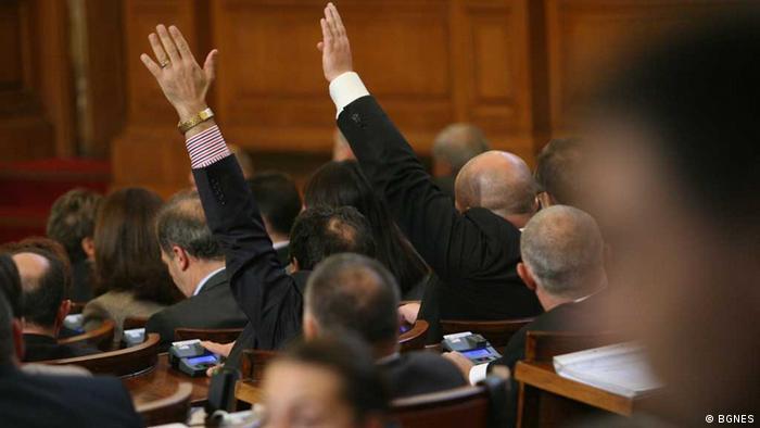 bulgarische Abgeordnete beim Abstimmen im Parlament (BGNES)