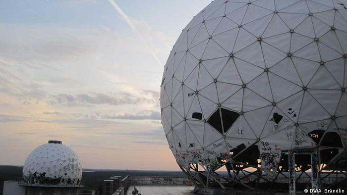 View of two abandoned radar domes on Teufelsberg in Berlin at sunset Foto: Anne-Sophie Brändlin, am 27.08.2012 in Berlin Bidlergalerie The history of US spying in Germany
