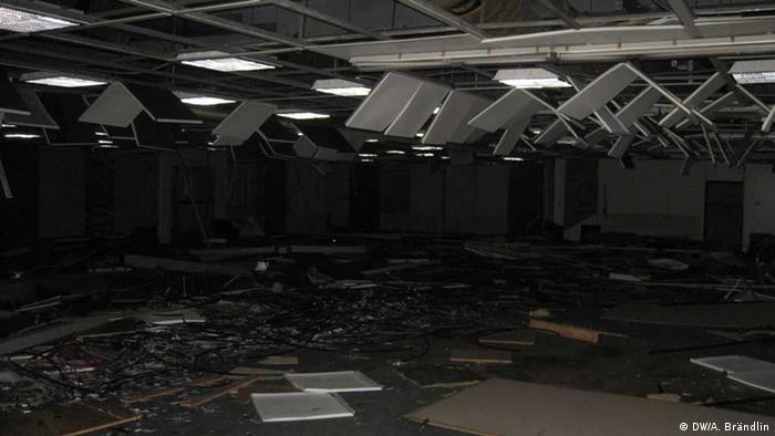 Inside of one of the rooms at the abandones dpy station, broken computers lie on the floor and cables come down from the ceiling Photo: Anne-Sophie Brändlin, am 27.08.2012 in Berlin