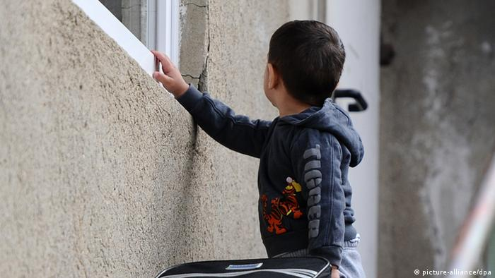 A boy standing at a window Photo: Daniel Bockwoldt/dpa