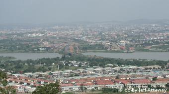 Blick auf die Stadt Abuja in Nigeria (Foto: Jeff Attaway , März 2004) Lizenz creative commons: Attribution 2.0 Generic (CC BY 2.0) Quelle: http://www.flickr.com/photos/attawayjl/3328278835/sizes/o/in/photostream/