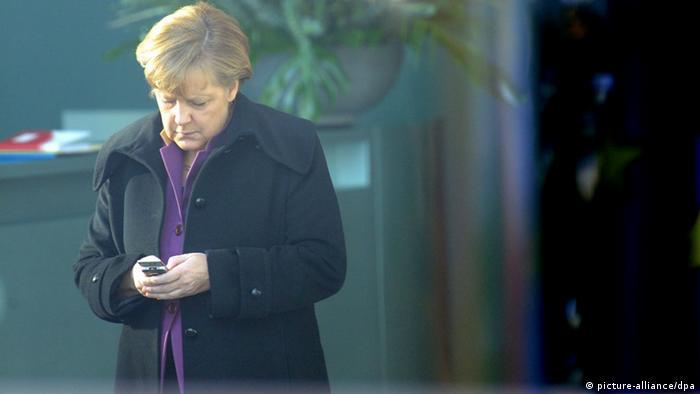 Bundeskanzlerin Angela Merkel (CDU) wartet am Mittwoch (18.01.2012) im Bundeskanzleramt in Berlin auf den bulgarischen Ministerpräsidenten Borissow und schaut auf ihr Mobiltelefon (Foto: Maurizio Gambarini dpa/lbn)