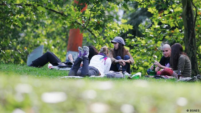 Младежи в парк в София