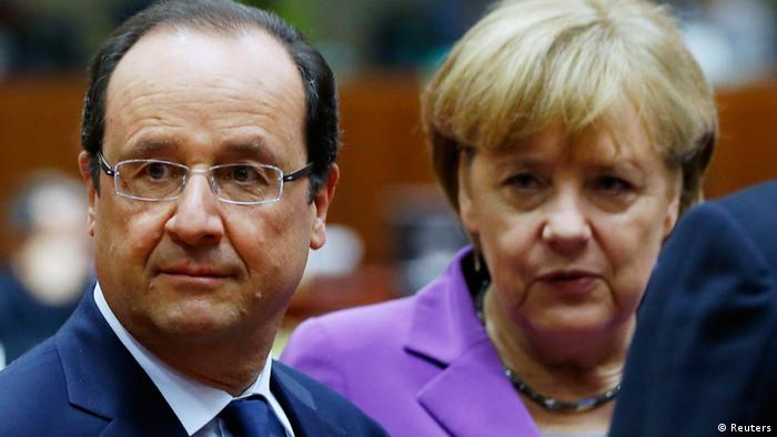 France's President Francois Hollande and Germany's Chancellor Angela Merkel (R) attend an European Union leaders summit in Brussels October 25, 2013. REUTERS/Francois Lenoir (BELGIUM - Tags: POLITICS)