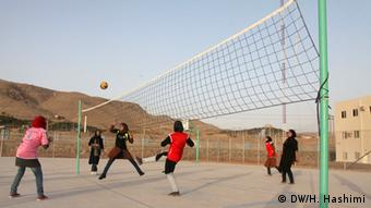 Afghanistan Studentinnen spielen Volleyball