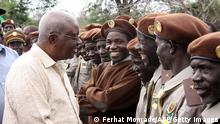 Mosambik Krise Präsident Armando Guebuza mit Soldaten 24.10.2013