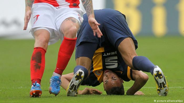 Karim Bellarabi tries things from a different angle, but it did not help his Eintracht Braunschweig side avoid a 2-0 loss at Mainz on Saturday. Shinji Okazaki's well-taken brace was the difference as Mainz picked up a first league win since August. Photo: dpa