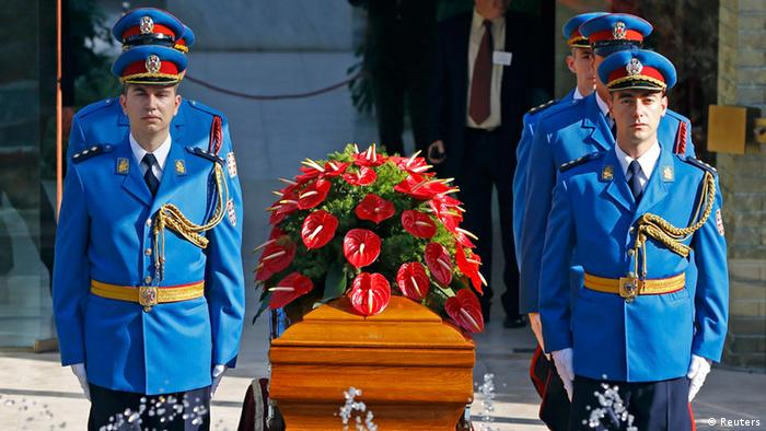 A honour guard stands around the coffin of Jovanka Broz in front of the House of Flowers mausoleum (Photo: REUTERS/Marko Djurica)