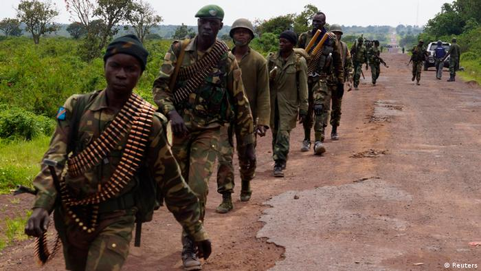 Congolese armed forces (FARDC) soldiers take position along a road as they advance while battling M23 rebels in Kibumba, north of Goma October 26, 2013. The Congolese army said it made significant advances against eastern rebel forces in a second day of fierce fighting on Saturday and called on neighbouring Rwanda to help disarm the insurgents. Photo: Reuters