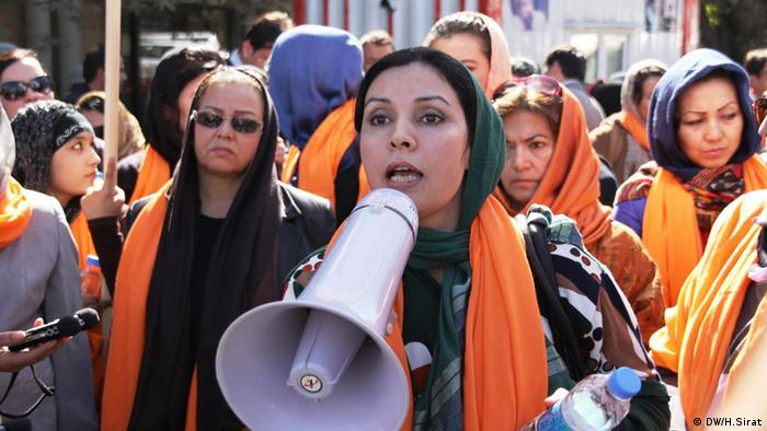 Frauen in Kabul, Afghanistan, protestieren für soziale Absicherung. A number of Afghan women protest for social protection in Kabul capital city of Afghanistan. 26.10.2013. Photo: H.Sirat. All rights reserved for DW.
