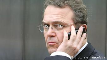 Portrait of German Interior Minister Hans-Peter Friedrich on his cell phone Photo: picture-alliance/dpa