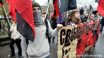 Demonstranten in Moskau halten ein Banner (foto:dpa)