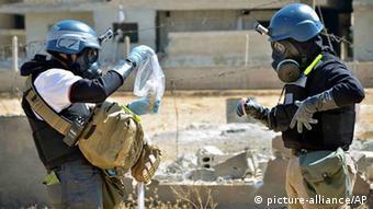 UN-Waffeninspektoren untersuchen Spuren des C-Waffen-Angriffs (Foto: picture-alliance/AP)