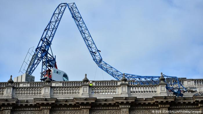 Ein abgeknickterKran in London (Foto: BEN STANSALL/AFP/Getty Images)