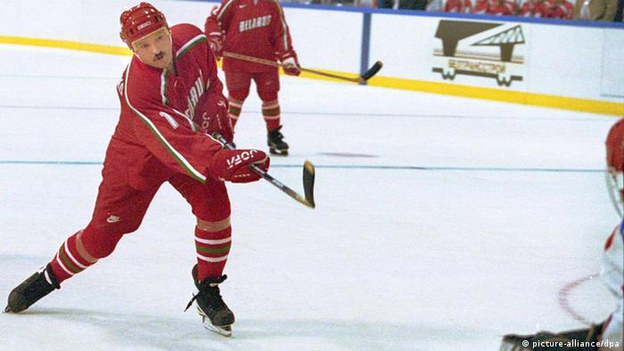 Лукашенко играет в хоккей