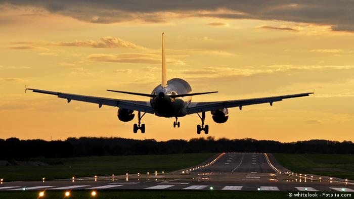 An airplane landing at a runway © whitelook - Fotolia.com