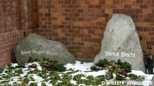 Die Grabsteine des Dramatikers Bertolt Brecht und seiner Frau Helene Weigel auf dem Dorotheenstädtischen Friedhof in Berlin, aufgenommen am 02.02.2006. Der 1956 verstorbene Autor gehört zu den vielen Prominenten, die auf dem kleinen, 1762 angelegten Friedhof der evangelischen Gemeinde in Berlin Mitte beigesetzt sind. Foto: Karlheinz Schindler +++(c) dpa - Report+++