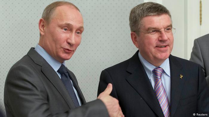 Russlands Präsident Putin(l) beim Händedruck mit IOC-Chef Thomas Bach bei einem Treffen in Sotchi Ende Oktober 2013 (REUTERS/Alexander Zemlianichenko/Pool)