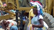 Bildbeschreibung – Verkäuferinnen sammeln sich am N'Gola Kiluanje Straße, in Stadteil São Paulo, Luanda. Datum - 10.10.2013 Ort: Luanda, Angola Authorin: Cristiane Vieira Teixeira, freie Journalistin der Deutschen Welle