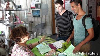 Zwei junge Israelis melden sich im Goethe-Institut für einen Deutschkurs an (Foto: Goethe-Institut Tel Aviv/Felix Rettberg)