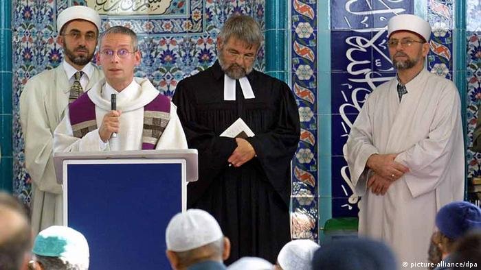Symbolbild Betende Muslime und Christen