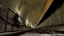 ARCHIV - Türkische Arbeiter laufen am 14.12.2010 in einem Rohrtunnel, der sich unterhalb der Meeresenge «Bosporus» in Istanbul, Türkei, erstreckt. Der Tunnel «Marmaray» wird nach seiner Fertigstellung den asiatischen und europäischen Teil der Stadt unter der Wasseroberfläche miteinander verbinden. Foto: TOLGA BOZOGLU/EPA (zu dpa-KORR «Tunnel unter dem Bosporus verbindet Europa und Asien» vom 25.10.2013) +++(c) dpa - Bildfunk+++