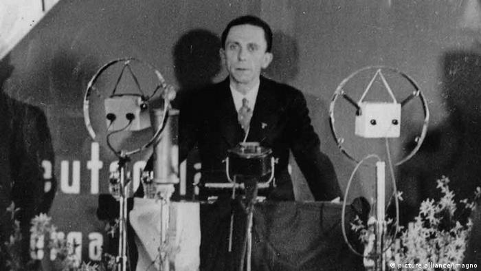 Joseph Goebbels vor Mikrofon