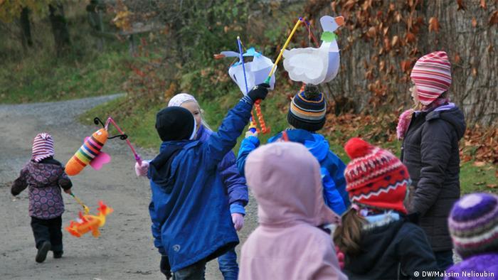 Шествие в День Святого Мартина. Фото: DW / Максим Нелюбин