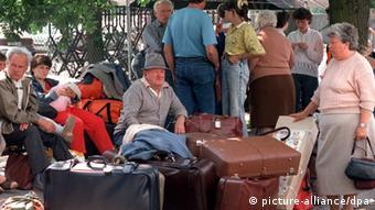 Gerade angekommen tummeln sich am 22.5.1990 in Nürnberg rumänische Aussiedler (Foto: picture-alliance/dpa)