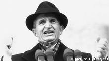 Der rumänische Staats- und Parteichef Nicolae Ceausescu, aufgenommen am 24. November 1989 während einer Rede auf dem Parteikongress in Bukarest. Nicolae Ceausescu war seit 1974 Staatspräsident Rumäniens. Am 22. Dezember 1989 wurde er durch einen Aufstand gestürzt, verhaftet und nach einem Geheimprozeß gemeinsam mit seiner Frau, Elena Ceausescu, hingerichtet.