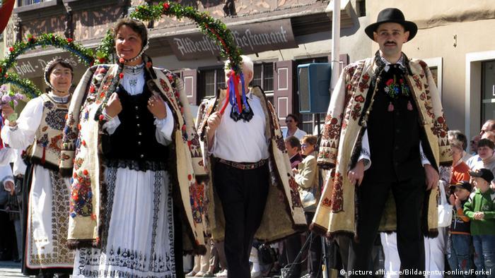 Siebenbürger Sachsen, Trachtenfestzug (Foto: picture alliance/Bildagentur-online/Forkel)
