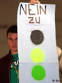 'Nein zu schwarz gelb grün' steht auf dem Transparent (Foto: dpa)