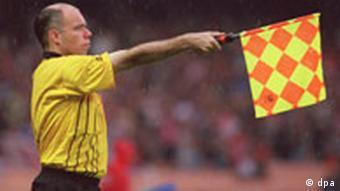 Linienrichter hält Abseits-Fahne hoch
