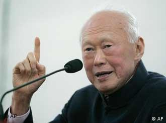 Asian elder statesman and Singapore's founding father Lee Kuan Yew speaks to a group of journalists and publishers Monday Dec. 20, 2004 in Singapore. (AP Photo/Ed Wray)