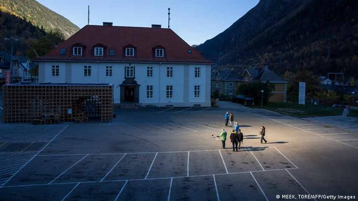 People gathered on a spot in front of the town hall of Rjukan (photo: MEEK, TORE/AFP/Getty Images)