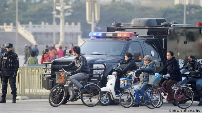 ©Kyodo/MAXPPP - 30/10/2013 ; BEIJING, China - A police officer (L) stands guard in front of Beijing's Tiananmen gate on Oct. 30, 2013. Chinese authorities reportedly suspect people from the Xinjiang Uygur Autonomous Region are behind a fatal car crash two days before. (Kyodo)