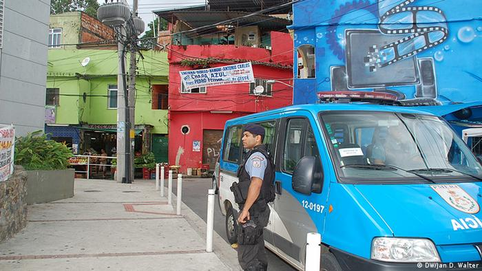 Brasilien Polizist in der Favela Rio de Janeiro