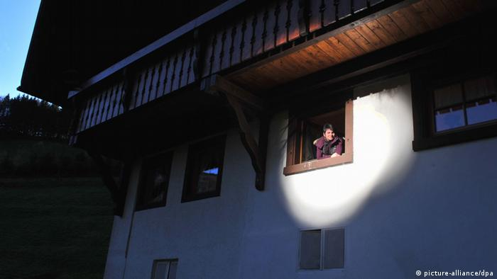 A woman enjoys deflected sunrays in her house (photo: Rolf Haid, dpa/lsw)