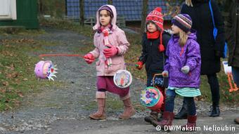Crianças com lanternas de papel