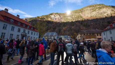 People gather at a spot illuminated by reflected sunlight in Rjukan (photo: EPA/TERJE BENDIKSBY)