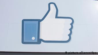 Symbolic photo of a thumbs up on Facebook Photo: EPA/PETER DaSILVA