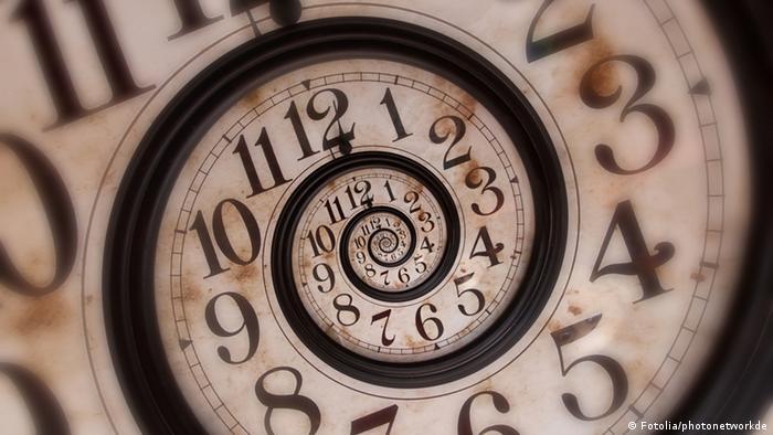 Symbolbild Uhr Zeitfluss (Fotolia/photonetworkde)