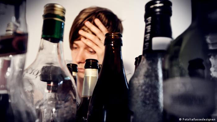 Butelki po alkoholu i młoda kobieta