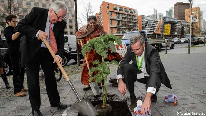 Launching Global Soil Week, delegates unseal a concreted area in Berlin to plant a tree. (Klaus Töpfer)