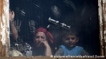 Syrische Flüchtlinge in Bulgarien schauen durch ein Fenster (Foto: picture-alliance/dpa/Vassil Donev)